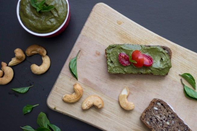 Pesto de castanha de caju (minhacozinhavirouumjardim.com.br)