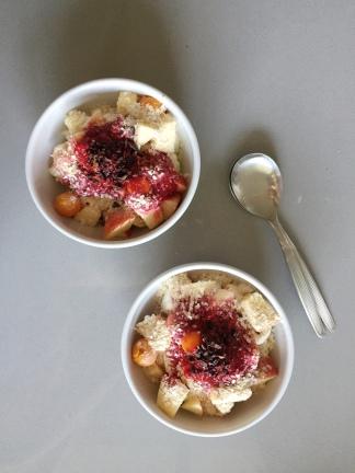 bowl de frutas com calda de framboesa