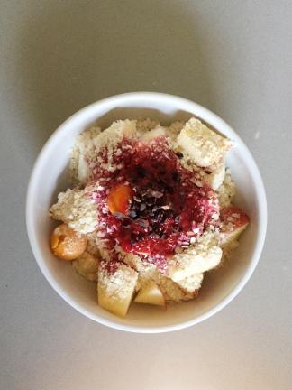 bowl de frutas com calda rápida de framboesa