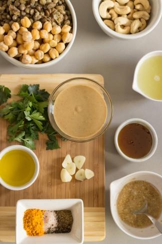 bolinhos de grão de bico e lentilha com chutney de abacaxi
