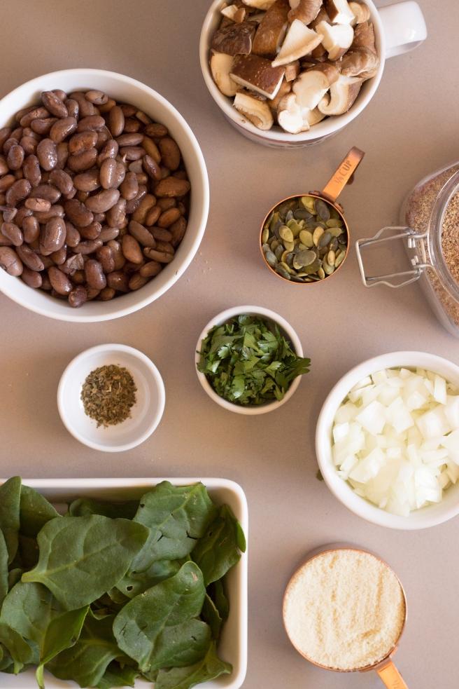 almôndegas de feijão, shitake e espinafre