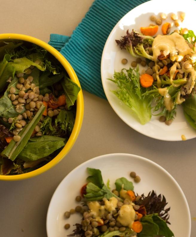 salada acolhedora de lentilhas, folhas verdes e cenoura-4
