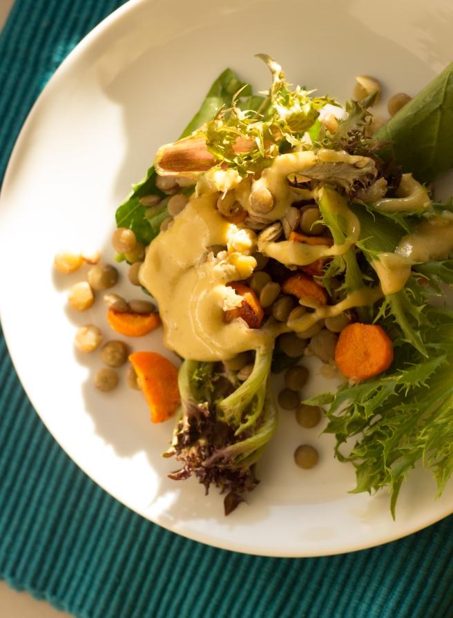 salada acolhedora de lentilhas, folhas verdes e cenoura-6