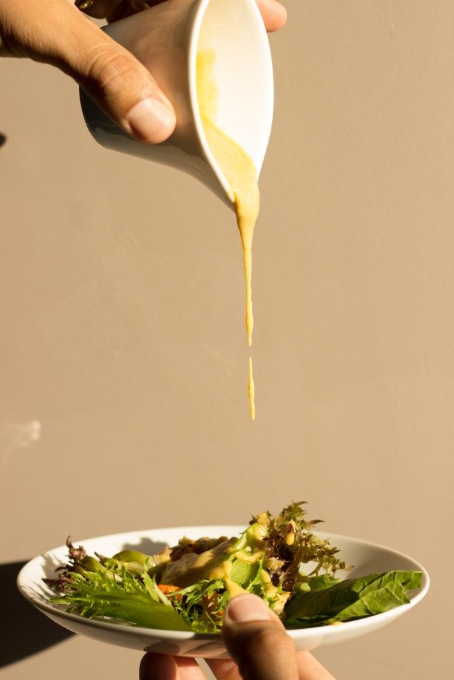 salada acolhedora de lentilhas, folhas verdes e cenoura-7